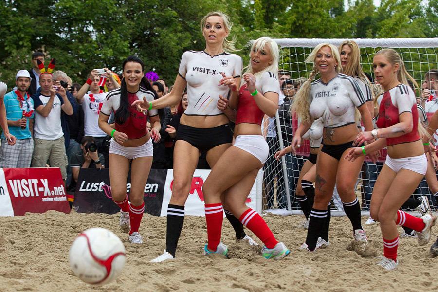 898 Футбольный матч между порноактрисами Дании и Германии