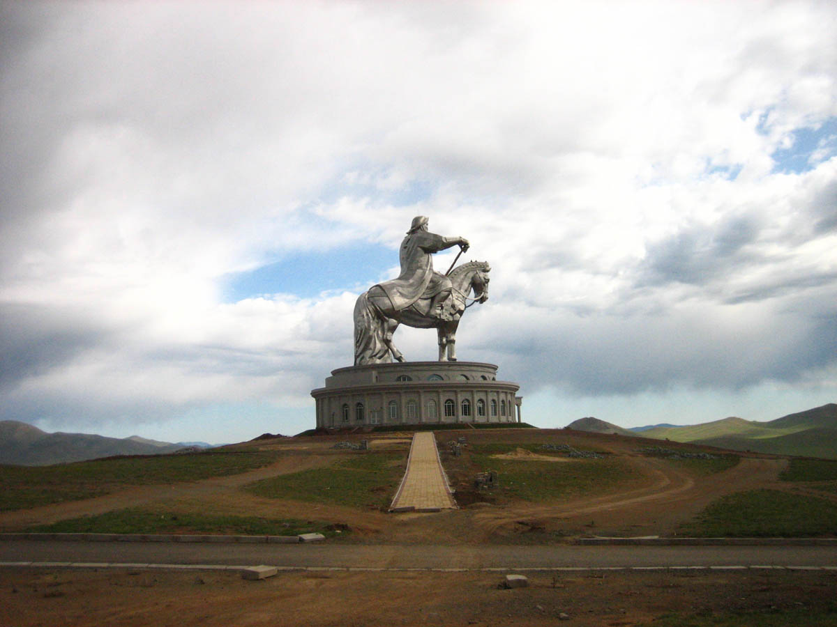 памятник чингисхану на площади в улан баторе фото сами