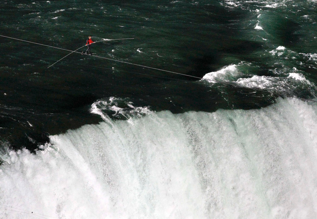 985 Американец перешел по канату через Ниагарский водопад