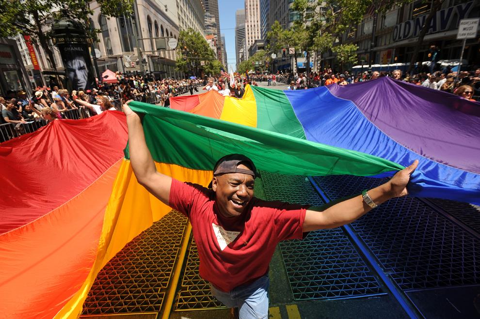 1. Марк Уилсон несет радужный флаг во время 42-го ежегодного гей