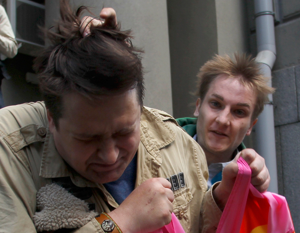 19. Парень, протестующий против гей-парадов, бьет гея у здания