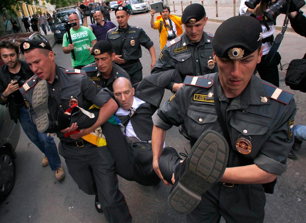 Сотрудники МВД задержали около полутора десятка гей-активистов