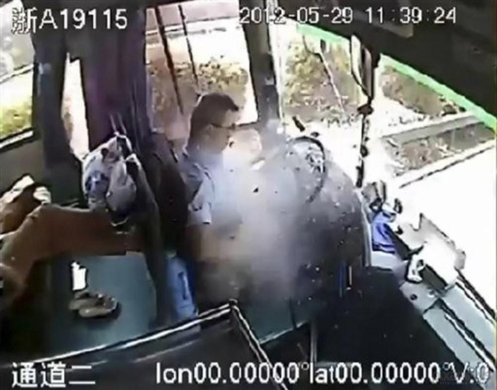 driver01 Смертельно раненный водитель спас 24 пассажира