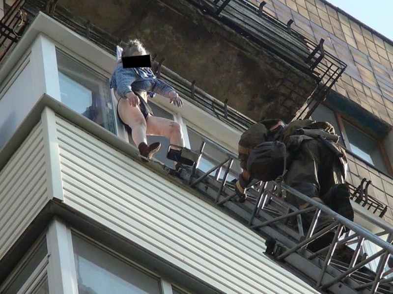 original2 Старушка выпала из окна, но спаслась благодаря халату советских времен