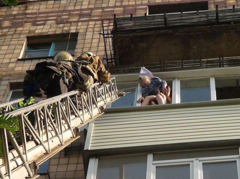 original3 Старушка выпала из окна, но спаслась благодаря халату советских времен