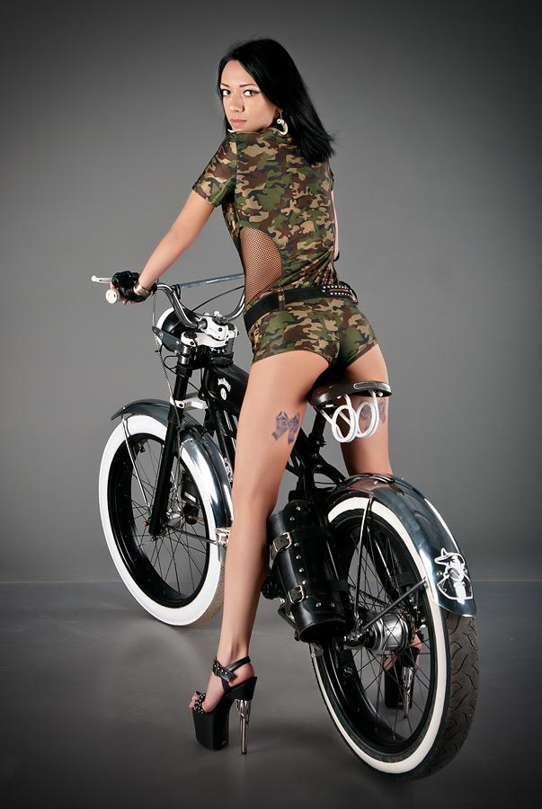 velogirl03 Велосессия: в студии девушки и оригинальные велосипеды