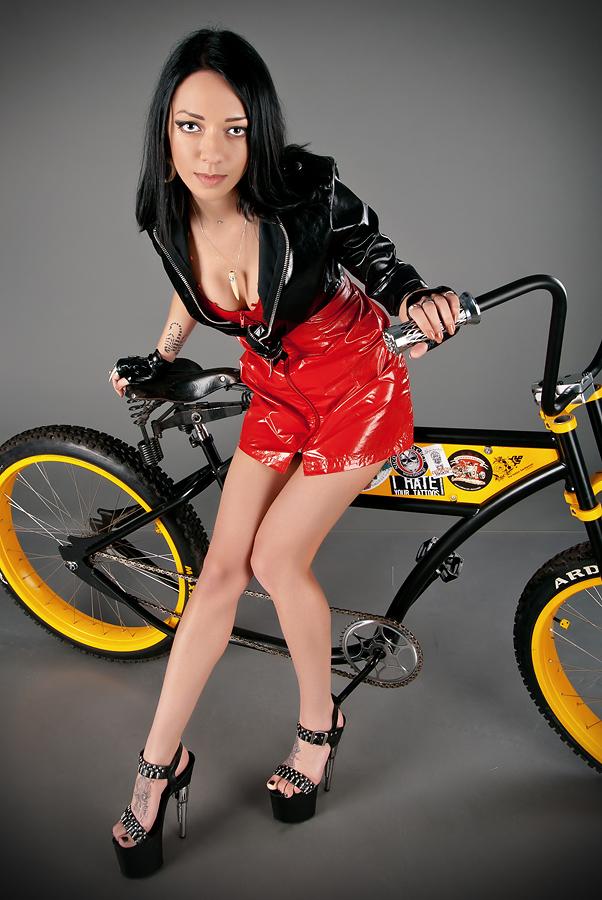 velogirl05 Велосессия: в студии девушки и оригинальные велосипеды