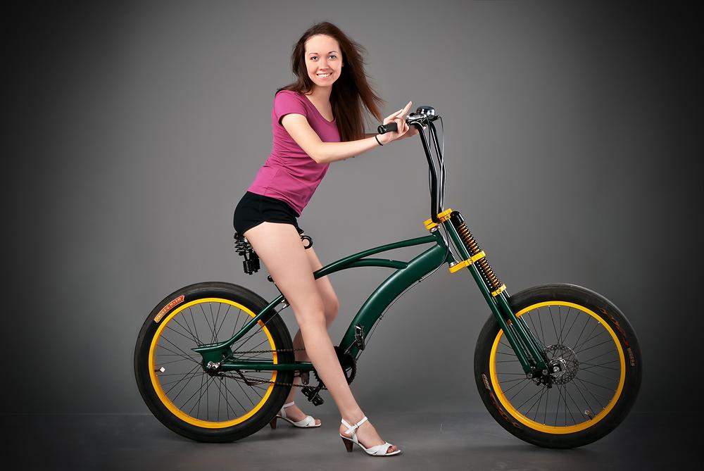 velogirl06 Велосессия: в студии девушки и оригинальные велосипеды