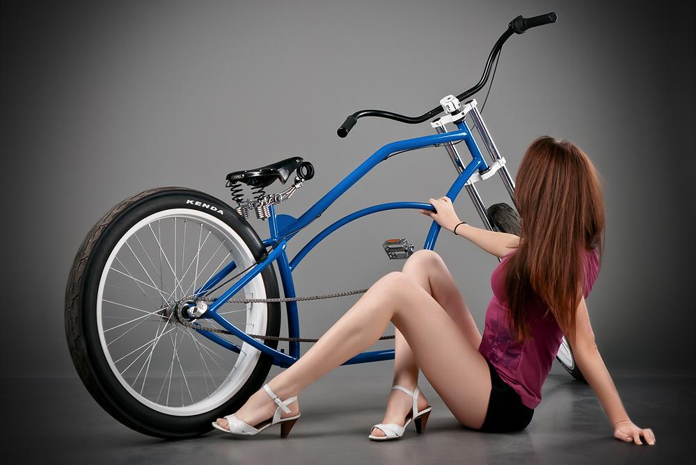 velogirl07 Велосессия: в студии девушки и оригинальные велосипеды