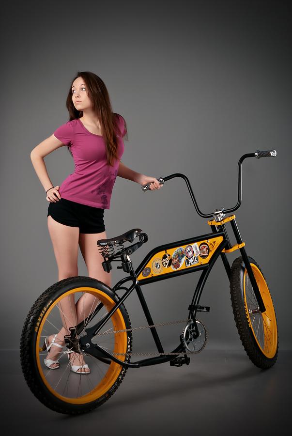velogirl08 Велосессия: в студии девушки и оригинальные велосипеды