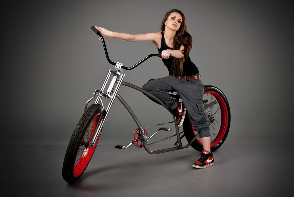 velogirl15 Велосессия: в студии девушки и оригинальные велосипеды