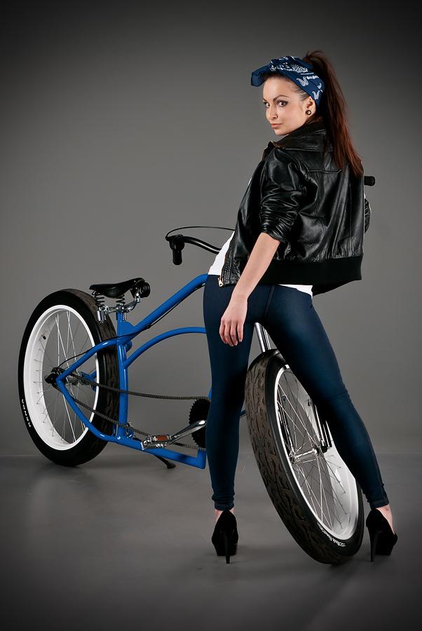 velogirl18 Велосессия: в студии девушки и оригинальные велосипеды