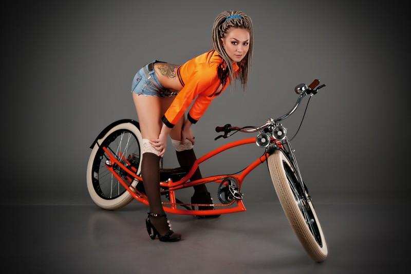velogirl19 800x535 Велосессия: в студии девушки и оригинальные велосипеды