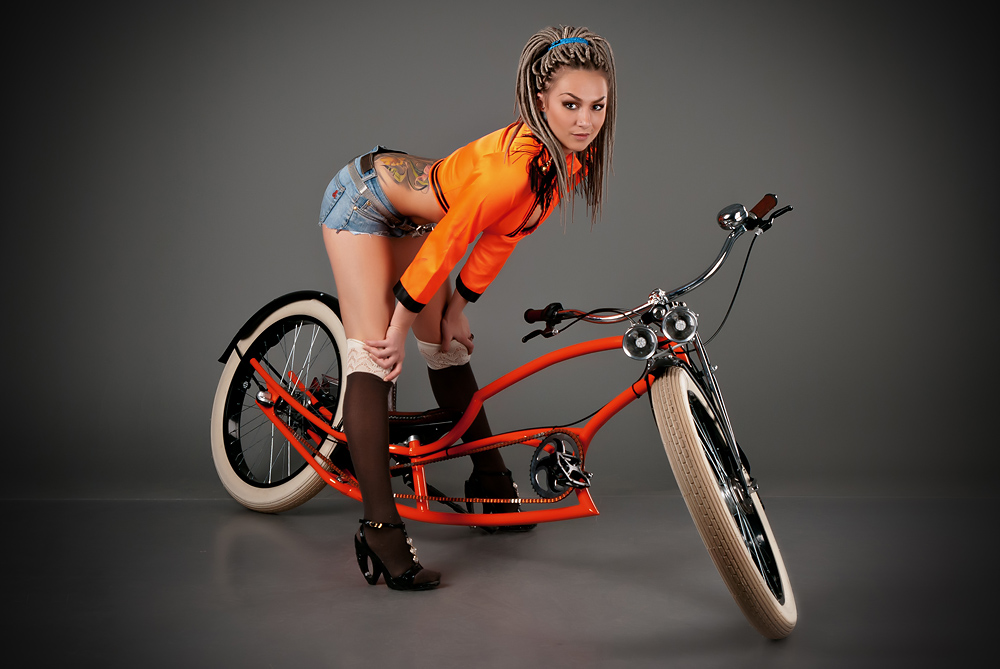velogirl19 Велосессия: в студии девушки и оригинальные велосипеды