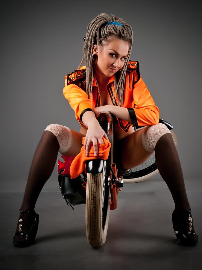 velogirl20 Велосессия: в студии девушки и оригинальные велосипеды