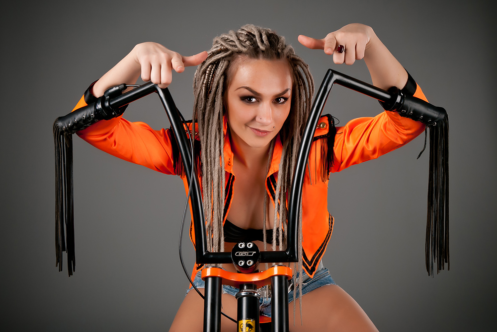 velogirl22 Велосессия: в студии девушки и оригинальные велосипеды