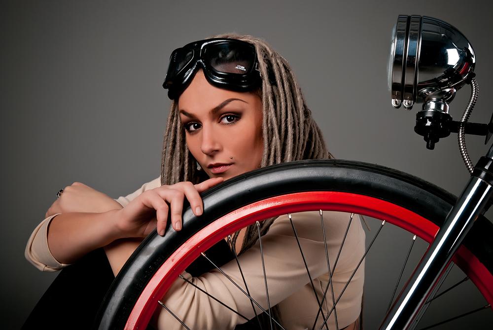 velogirl25 Велосессия: в студии девушки и оригинальные велосипеды