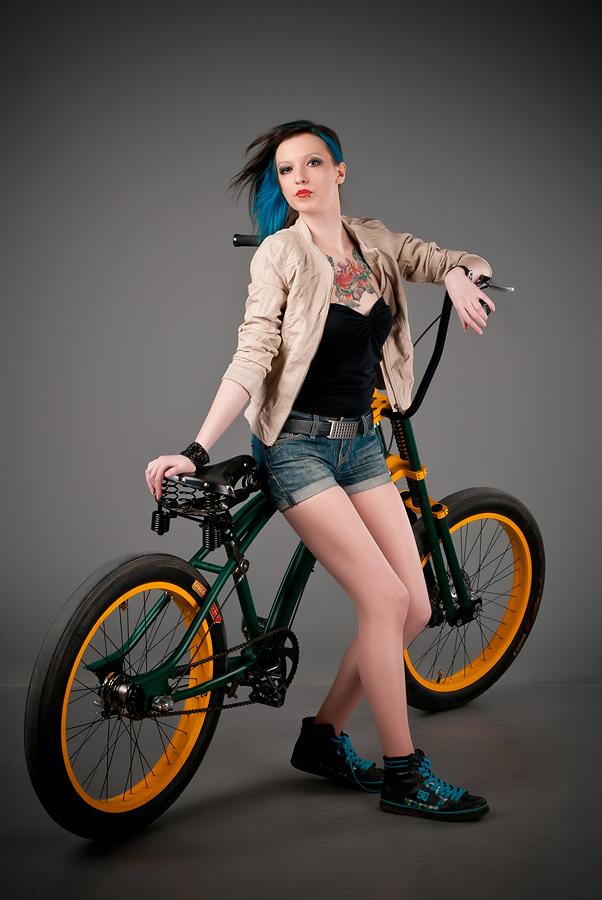 velogirl30 Велосессия: в студии девушки и оригинальные велосипеды