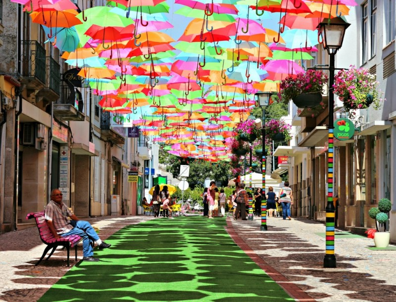 0 8e1e2 918961a2 orig 800x611 Разноцветные зонтики на улицах Португалии