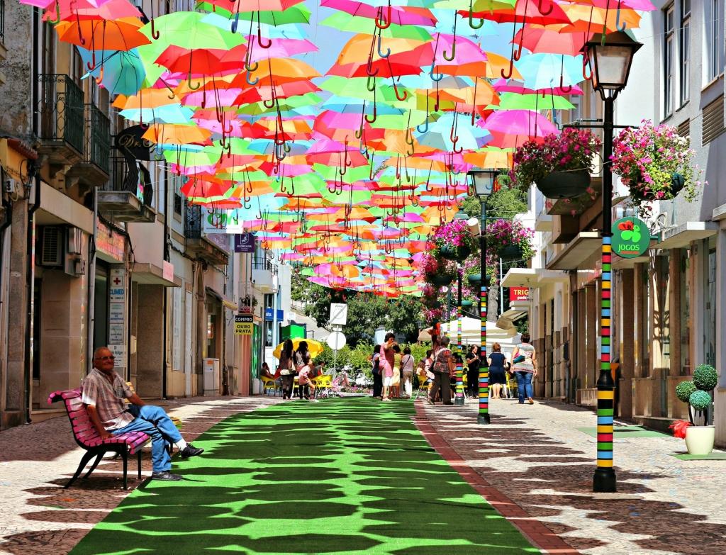 0 8e1e2 918961a2 orig Разноцветные зонтики на улицах Португалии