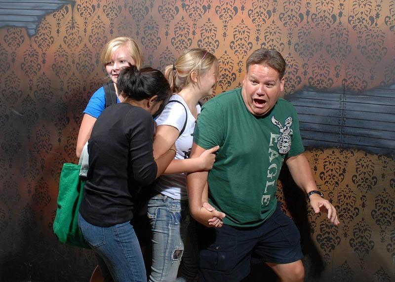 1321 Неподдельный страх посетителей комнаты ужасов