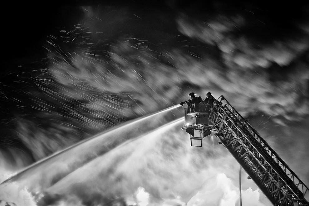 fire01 990x659 Фотопроект «Больше, чем работа» Брайана Дэя