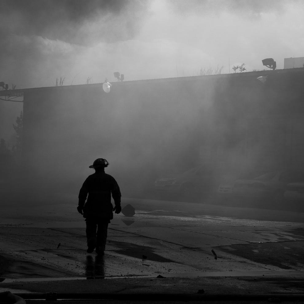 fire09 990x990 Фотопроект «Больше, чем работа» Брайана Дэя