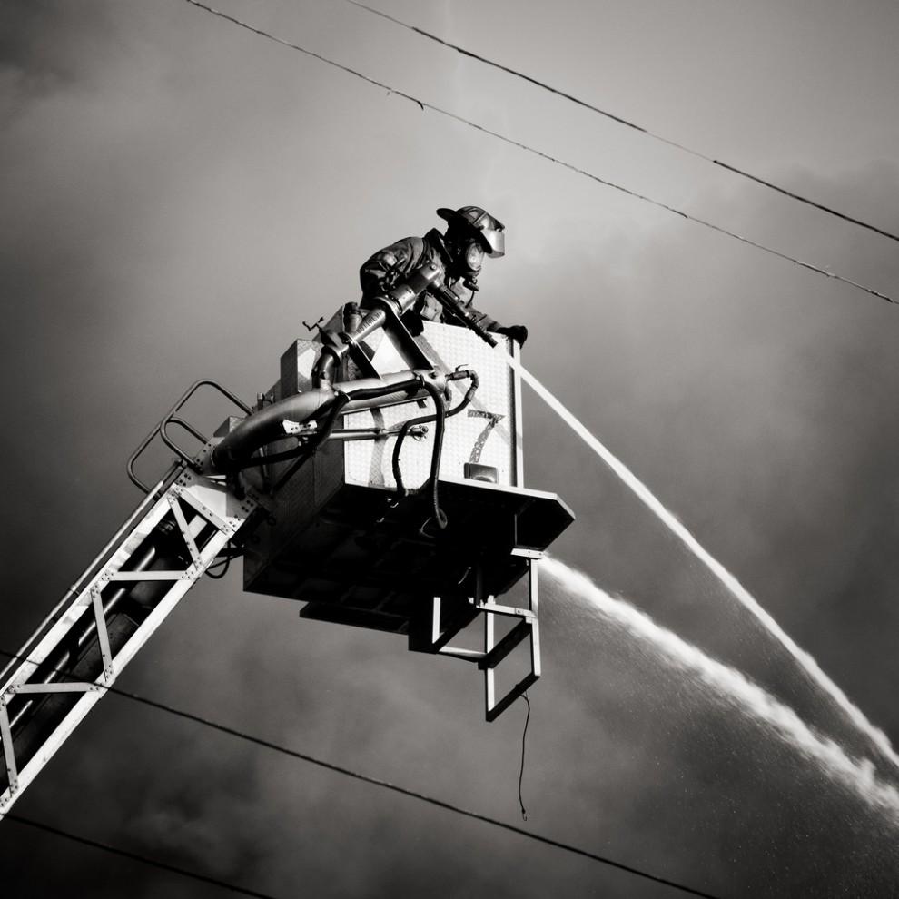 fire11 990x990 Фотопроект «Больше, чем работа» Брайана Дэя