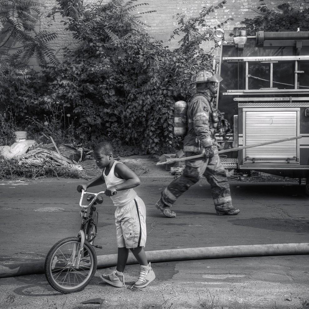 fire14 990x990 Фотопроект «Больше, чем работа» Брайана Дэя