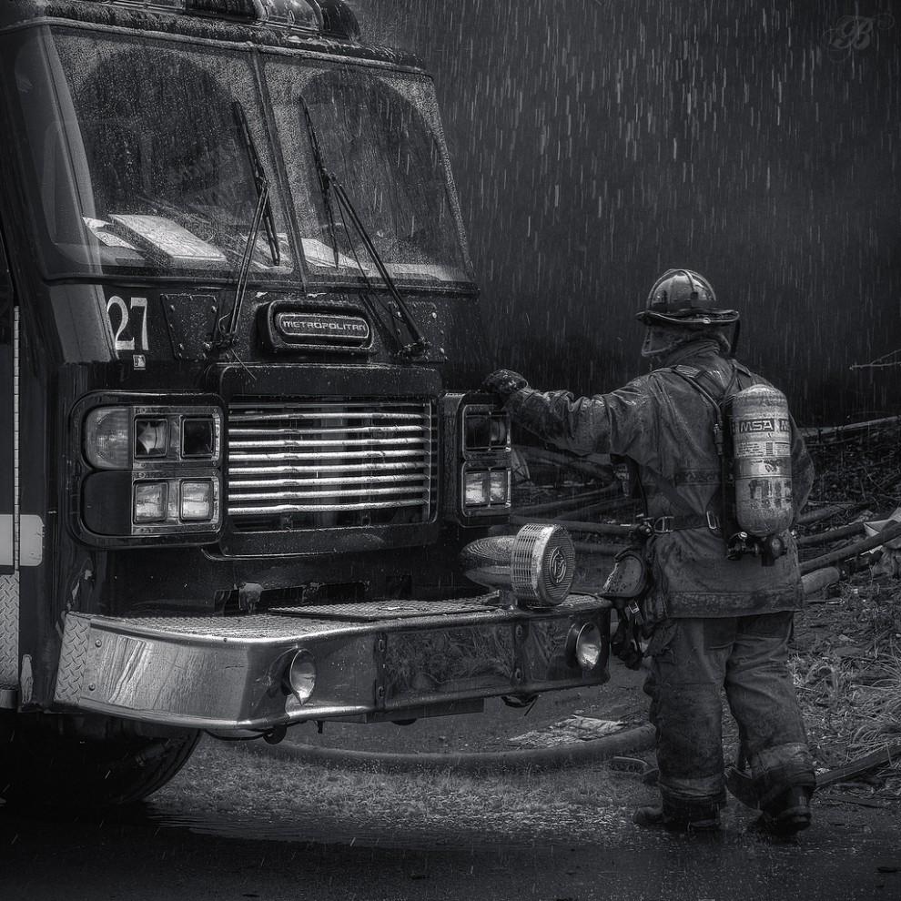 fire17 990x990 Фотопроект «Больше, чем работа» Брайана Дэя