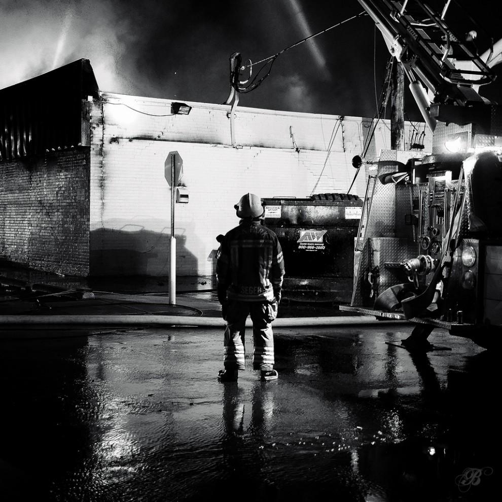 fire19 990x990 Фотопроект «Больше, чем работа» Брайана Дэя