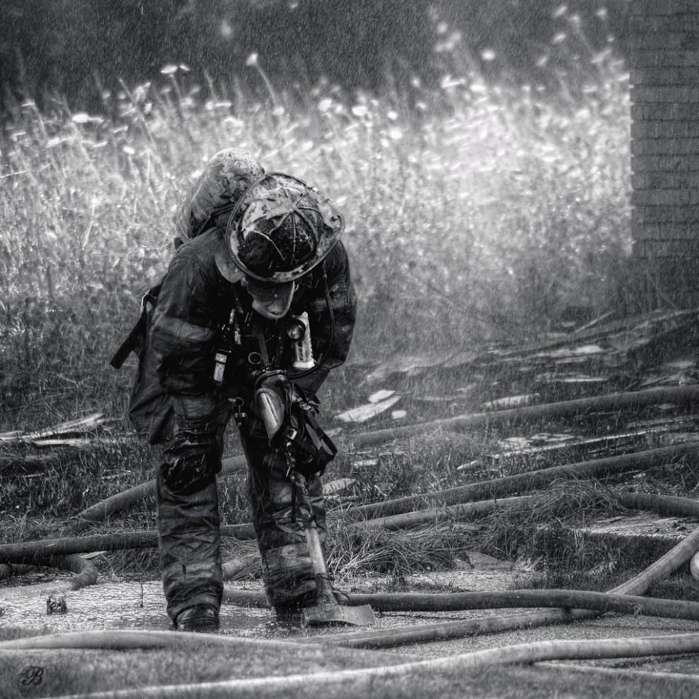 fire31 990x990 Фотопроект «Больше, чем работа» Брайана Дэя