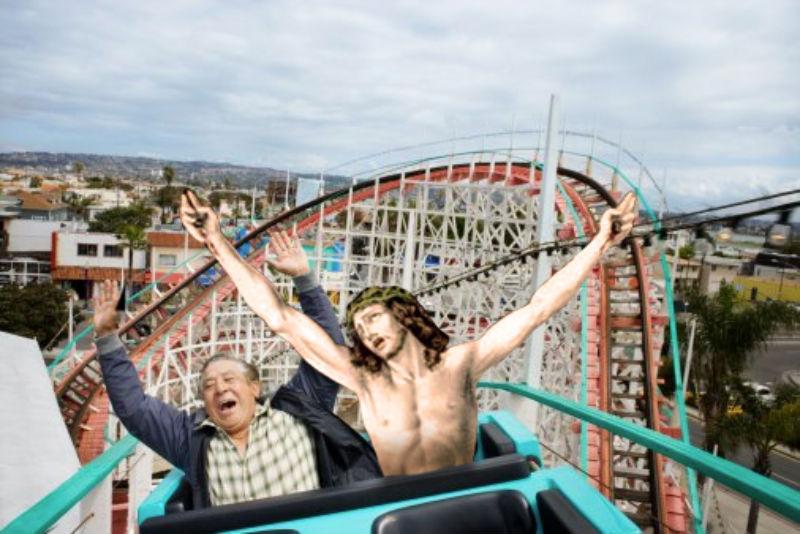 03Jesus Riding A Roller Coaster Фотопроект «Иисус повсюду»
