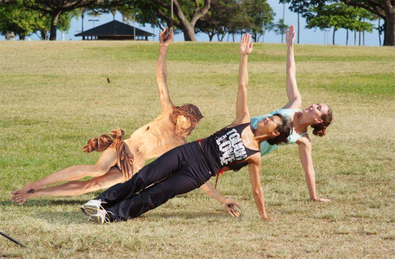 06Jesus Doing The Side Plank Фотопроект «Иисус повсюду»