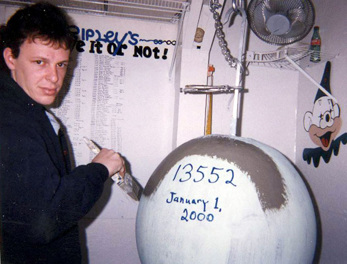 1046 Самый большой бейсбольный мяч в мире создан...благодаря краске!