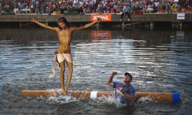 20Jesus Wins A Log Rolling Competition Фотопроект «Иисус повсюду»
