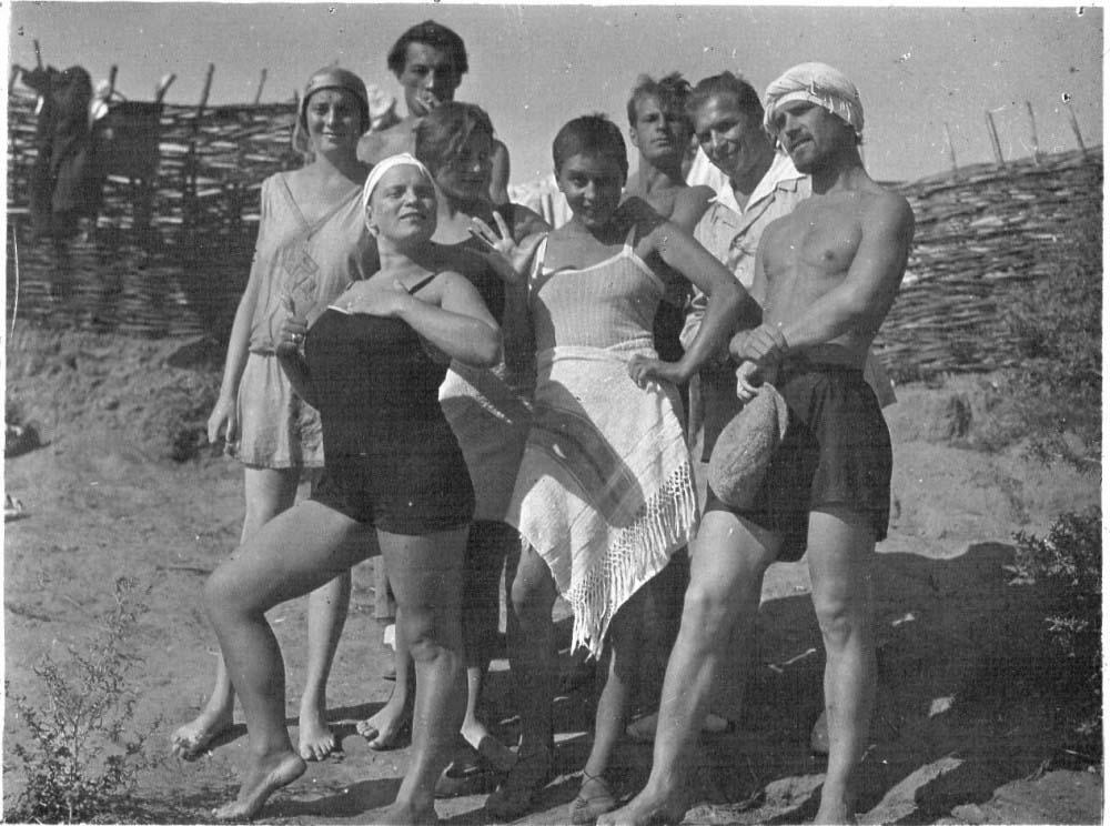 Семейный нудизм и голые нудисты запечатлены на фото