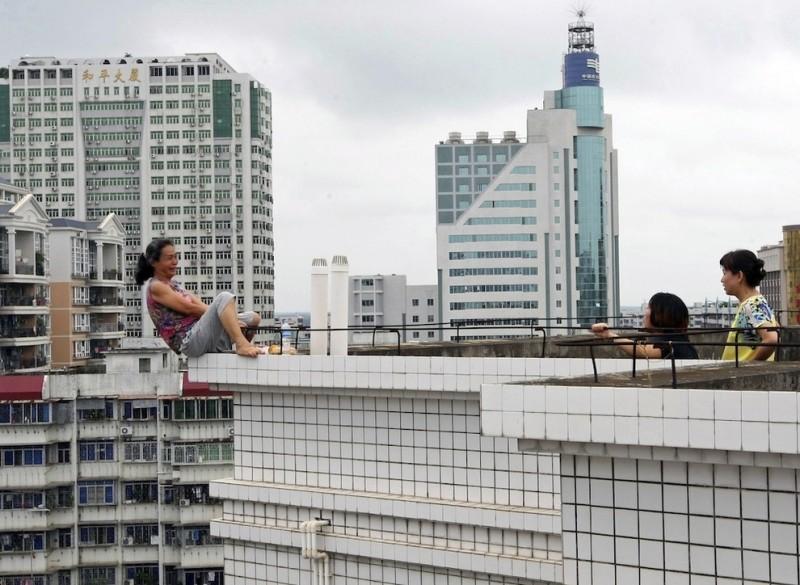 roof1 800x585 Женщина самоубийца на крыше в Китае