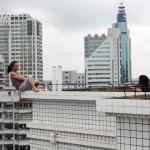 Женщина-самоубийца на крыше в Китае