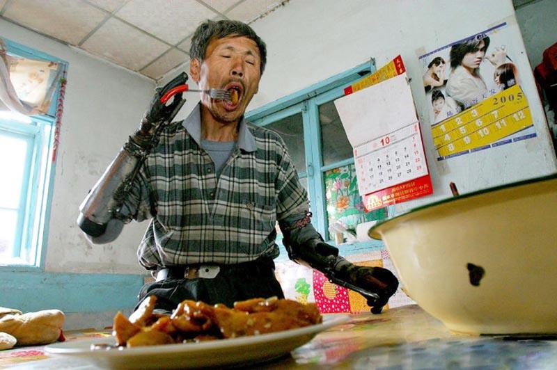 Китайский крестьянин сделал себе бионические руки
