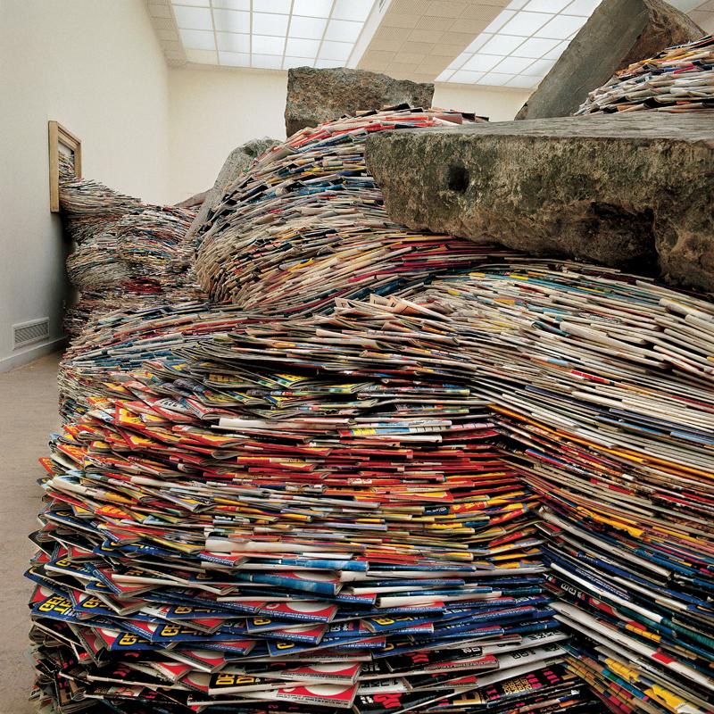 Один из его последних проектов - работы из старых журналов.  Из них он создал внушительные колонны и огромные волны...
