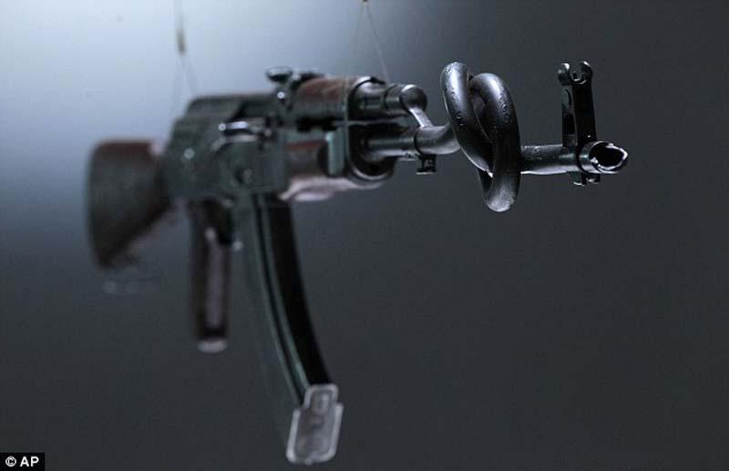 AK47 10 Нет оружию   AK 47 превращен в произведение искусства