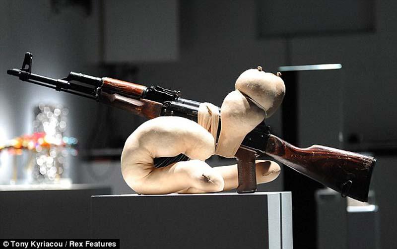 AK47 2 Нет оружию   AK 47 превращен в произведение искусства