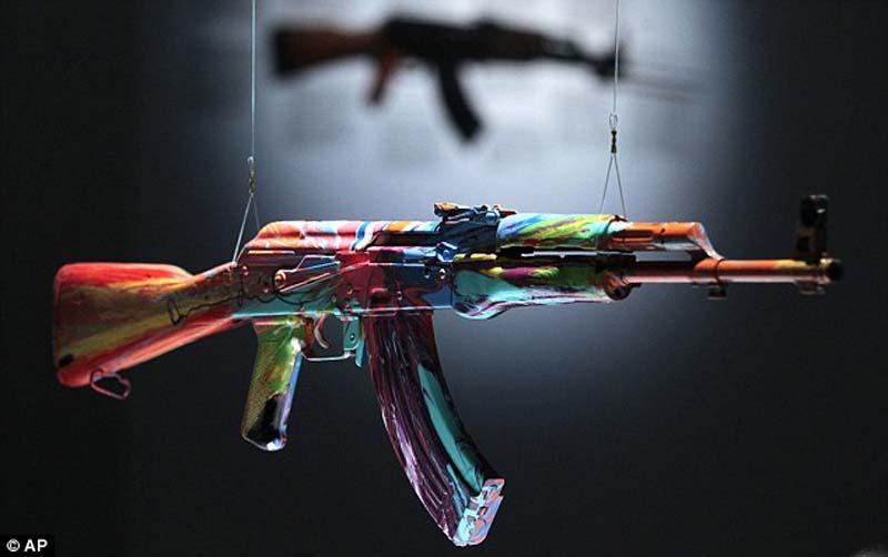 AK47 3 Нет оружию   AK 47 превращен в произведение искусства