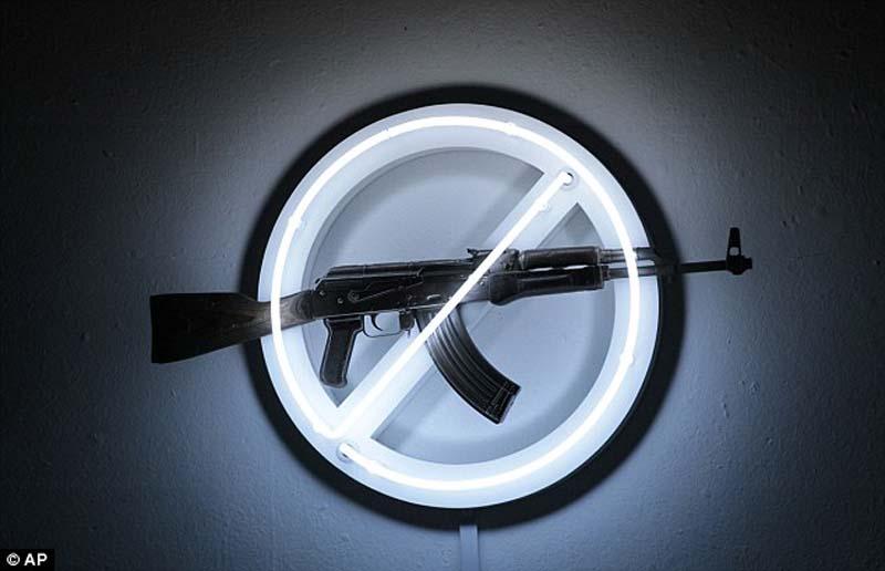 AK47 6 Нет оружию   AK 47 превращен в произведение искусства