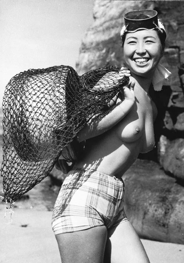 """Японская ныряльщица  """"Ама """" (яп.  """"человек моря """") рядом с небольшой рыбацкой деревней Онджуку , префектура Чиба в Японии."""