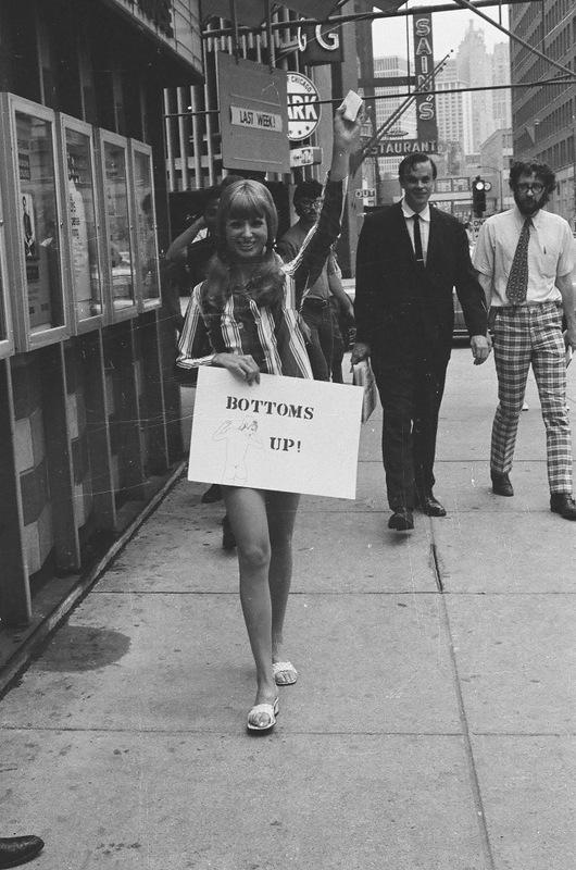 bottomsup02 За 40 лет до Femen   акция топлесс в Нью Йорке 1971 года