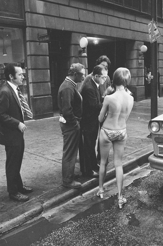 bottomsup09 За 40 лет до Femen   акция топлесс в Нью Йорке 1971 года