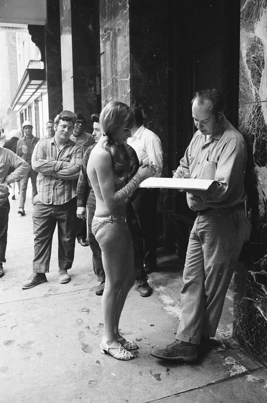 bottomsup15 За 40 лет до Femen   акция топлесс в Нью Йорке 1971 года
