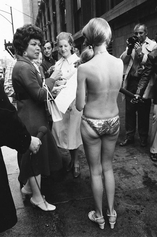 bottomsup17 За 40 лет до Femen   акция топлесс в Нью Йорке 1971 года
